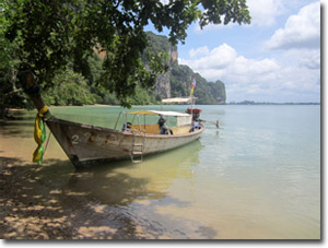 Barco en la playa de Railay Este