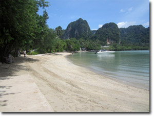orilla de la playa de Railay Este
